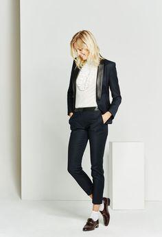 En laine mélangée, la veste bleu marine VELOURS est un classique intemporel. Dotée d'un col châle en cuir noir et de poches passepoilées avec rabats, elle est structurée par des découpes princesse et milieu dos qui cintrent élégamment l'ensemble. A porter avec le pantalon PICCOLO pour un ensemble tailleur complet.<br><br>•En laine mélangée<br>•Col châle en cuir noir<br>•Poches passepoilées côtés avec rabats<br>•Découpes princesse + milieu dos <br>•Doublure ton sur…