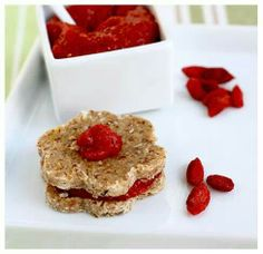 Superfood: 17 Goji Berry Recipes to Brighten Up Your Plate. Raw Oat Cookies with Goji Berry Jam Raw Vegan Desserts, Raw Vegan Recipes, Healthy Dessert Recipes, Vegan Foods, Whole Food Recipes, Cold Desserts, Vegan Oat Cookies, Jam Cookies, Oatmeal Cookies