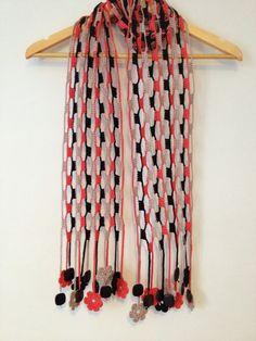 Cette écharpe chaudement belle a été faite en crochet avec fil de coton. Une écharpe est une très longue écharpe. Les extrémités sont composées de motifs floraux bien joli crochet et perles sombres. « Terra & Fogo » signifie terre et feu, ce qui a trait à sa coloration fougueux. Leffet est incroyablement BOLD. Matière : fil 100 % coton. Dimensions environ 17 x 184 cm. Tous mes foulards sont uniques dans la façon dont jai jamais répéter le même schéma de couleurs et toujours faire quelque…