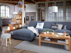 Un salon zen et moderne avec du table basse en bois et parquet ancien