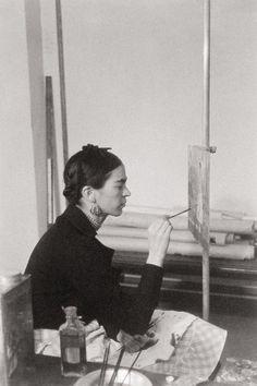 """Frida Kahlo bei der Arbeit an """"Selbstbildnis auf der Grenze zwischen Mexico und den USA"""", 1932"""