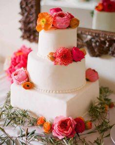 Die Hochzeitstorte mit echten Blumen bzw. echten Blüten liegt im Trend. Hier sind einige meiner Lieblingsbeispiele für Hochzeitstorten mit echten Blumen.