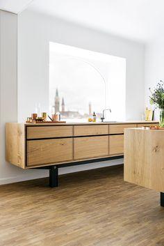 """Vores første """"Model Dinesen"""" køkken i det nye designsamarbejde - her i Dinesens HeartOak gulvbrædder, som er blevet transformeret til kabinet og skuffer"""