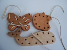 Ces jouets sont idéales pour pratiquer la motion de la couture. Ils sont réalisés en merisier massif ou en bois dérable et terminés avec mon vernis