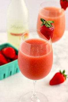 [msg 4 This Strawberry Mango Moscato Slush is cool, refreshing, and bursting with just the right amount of flavor! Party Drinks, Cocktail Drinks, Fun Drinks, Healthy Drinks, Alcoholic Drinks, Wine Cocktails, Strawberry Moscato, Strawberry Recipes