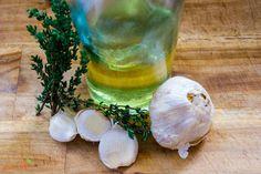 Dieses geröstete Knoblauchöl ist sehr einfach herzustellen, sehr intensiv im Geschmack und ein ideales Geschenk aus der Küche. Das Rezept mit Video findet ihr auf meinem Blog.