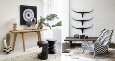 Tendance déco : Le style African Craft | Madame Décore Ethnic Chic, Style Deco, Madame, Entryway Bench, Craft, Furniture, Home Decor, Wall Basket, Black Sofa