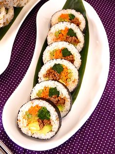 Food Art Painting, Gimbap, Types Of Sushi, My Sushi, Sushi Plate, Japanese Sushi, Korean Food, Food And Drink, Easy Meals