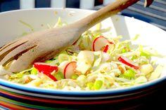 En edamame salat med spidskål, æbler, radiser og forårsløg er super lækker til mange kødretter. Foto: Guffeliguf.dk.