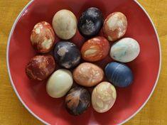 Lieldienu olu krāsošana Pārdaugavā (Latvian Easter eggs colored with natural materials)