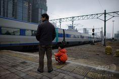 韓国ソウル(Seoul)の鉄道駅で列車を見る男性と少年(2014年1月30日撮影、資料写真FILE)。(c)AFP/ Ed Jones ▼22Jul2014AFP|韓国で列車同士が衝突、1人死亡 86人負傷 http://www.afpbb.com/articles/-/3021191 #Seoul