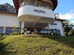 108 - Em Gramado, na porta do Hotel, aguardando pelo próximo passeio do pacote turístico.