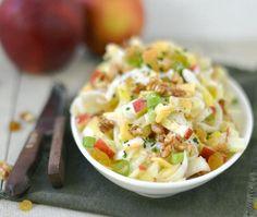 Witlofsalade met appel: Ingrediënten: 3 stronken witlof 3 plakken kaas 1 appel 1 bosui 50 gram walnoten (ongezouten) 3 eetlepels blanke rozijnen 3 eetlepels Caesar dressing 2 eetlepels