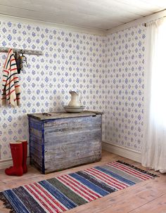 Red and blue colors in Scandinavian interiors, part - Dala Muses Swedish Wallpaper, Scandinavian Wallpaper, Scandinavian Furniture, Scandinavian Living, Scandinavian Design, New Wallpaper, Sweden House, Swedish Interiors, Shabby
