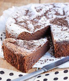Banaani ja suklaa sopivat yhteen superhyvin. Banaanin ansiosta tämä kakku säilyy mehevänä parikin päivää – jos siitä vaan jää mitään säilytettävää. Dessert Cake Recipes, Sweet Desserts, No Bake Desserts, Vegan Desserts, Chocolate Sweets, Sweet And Salty, Yummy Cakes, Love Food, Baking Recipes