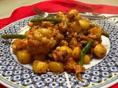 De Surinaamse keuken lijkt erg op de Indiase keuken, toch zijn er verschillen van groenten en kruiden. Zo kun je de sperziebonen vervangen door kousenband.
