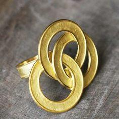 Bague Saturne en or 18 carats par Hélène Courtaigne Delalande pour l'atelier des bijoux créateurs.