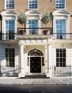 I adore townhouses in London, they look so pretty!