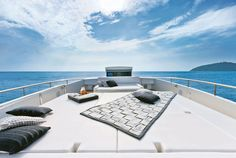 Pershing 92 - Exterior - Upper deck sofa
