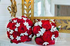 red rose wedding flower with white bridal bouquet by (c) radmila kerl wedding photography munich  Brautstrauß mit Roten Rosen und weißen Blumen neben Strauß für Trauzeugin, Brautjungfer oder Blumenmädchen auf Kamin mit goldenem Spiegel von (c) Radmila Kerl Hochzeitsfotografie München
