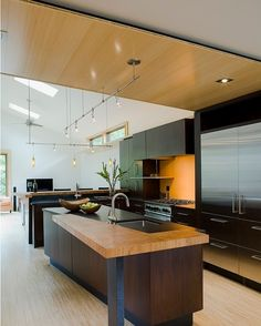 Wood + Black surfaces. Modern #Kitchen design by Gardner Mohr Architects #d_signers