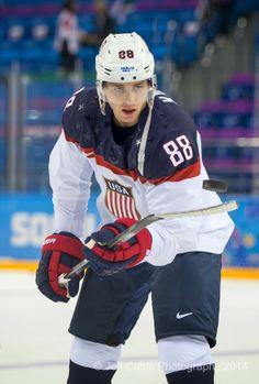 Patrick Kane playing with the puck USA vs Slovakia Olympic Hockey, Usa Hockey, Ice Hockey Teams, Blackhawks Hockey, Chicago Blackhawks, Hockey Players, Olympic Games, Hockey Baby, Hockey Stuff
