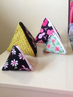 Sewing Tutorial : Tetrahedron standing makeup purse. HOW-TO : Use one 7 inch zipper, 2 pieces of prequilted fabric measuring 8x6, and thread. This literally took about 10 minutes to make!