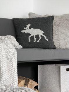 DIY | Kissenhülle mit Elchmotiv - mxliving Chrochet, Knit Crochet, Needlework, Diy And Crafts, Diys, Throw Pillows, Pure Products, Sewing, Knitting