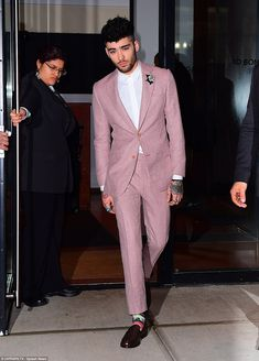 Former One Directioner Zayn Malik was spotted on his way to the 2018 Grammy's in New York . Zayn Mallik, Zayn Malik Pics, One Direction Fotos, Zayn Malik Style, Mens Fashion Suits, Men's Fashion, Wedding Suits, Stylish Men, Men Dress
