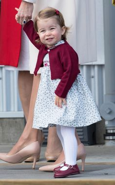 Princess Charlotte leaves from Victoria Harbour to board a sea-plane on the final day of their Royal Tour of Canada on October 2016 in Victoria, Canada. The Royal couple along with their Children. Get premium, high resolution news photos at Getty Images Princesa Diana, Princesa Real, Royal Princess, Prince And Princess, Prince Harry, Queen Elizabeth Great Grandchildren, Duchess Kate, Duke And Duchess, Bebe Real