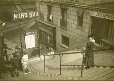L'entrée de la station de métro Lamarck-Caulaincourt entre les escaliers de la…