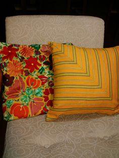 Almohadones confeccionados con telas típicas guatemaltecas