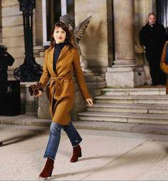 Look inspirador para os dias frios - casaco com amarração na cintura e bota vinho, um acessório GLAM, que dá um up em qualquer produção! Tem modelo MARA aqui -http://buyerandbrand.com.br/mododeusarmoda/?bi=2plbemR