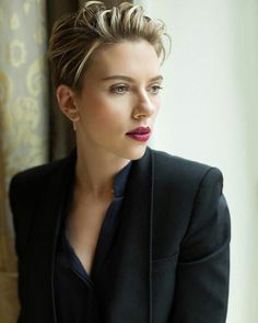 For Scarlett Johansson, There Was Nothing Easy About 'Ghost In The Shell' Scarlett And Jo, Black Widow Scarlett, Pixie Hairstyles, Pixie Haircut, Fade Haircut, Scarlett Johansson, Short Hair Cuts, Short Hair Styles, Curly Short