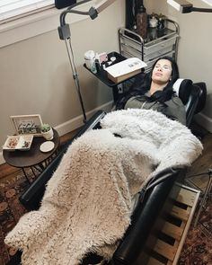 lash room decor I'm definitely switching to a recliner soon I'm definitely switching to a recliner soon Home Beauty Salon, Beauty Salon Decor, Home Salon, Beauty Studio, Beauty Bar, Spa Room Decor, Beauty Room Decor, Eyelash Studio, Eyelash Extensions Salons