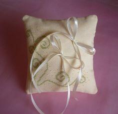 cuscino portafedi color crema ricamato a punto croce di STELLEBLU