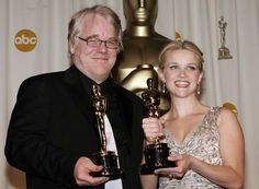 IlPost - 2006 - Philip Seymour Hoffman, Truman Capote - A sangue freddo. Nella foto, Philip Seymour Hoffman con Reese Witherspoon, Miglior attrice protagonista per Quando l'amore brucia l'anima. (Vince Bucci/Getty Images)