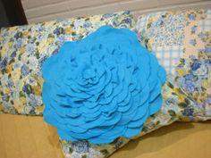 almofada com flor de feltro