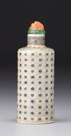 A CYLINDRICAL FAMILLE-VERTE PORCELAIN 'FLORAL PATTERNS' SNUFF BOTTLE QING DYNASTY, 19TH CENTURY