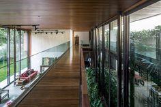 Grandes beirais, estrutura esbelta, transparências e acabamentos em madeira e pedra compõem esta casa urbana e de moderna engenharia, porém acolhedora.