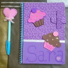 Blanqui manitas: Cuadernos decorados Science Projects, Projects To Try, Envelope Writing, Diy For Kids, Crafts For Kids, Post It Note Holders, Decorate Notebook, Notebook Covers, Paper Tags