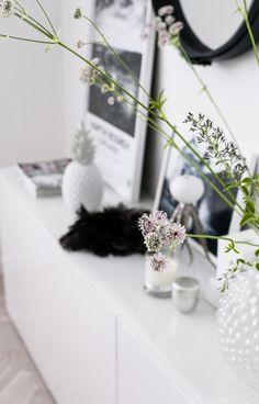 Get lost in white nostalgia here: https://www.facebook.com/MormorsStuer House Of Philia, Scandinavian Interior, Scandinavian Living, Interior Design Inspiration, Home Decor Inspiration, Home Interior Design, Salon Zen, White Decor, Small Things