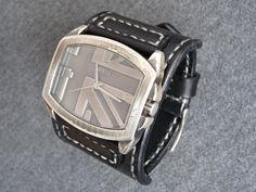 Černý+kožený+pásek+na+hodinky+GUESS+Máte+hodinky+na+ktoré+sa+už+nedá+kúpiť+remienok?+Po+dohode+vám+vyrobím+náhradný+remienok.+Napíšte+mi+správu,+určite+sa+dohodneme.+Foto+je+príklad+ako+môže+taký+remienok+vyzerať.+Cena+za+remienok+sa+môže+mierne+líšiť+podľa+požiadaviek.