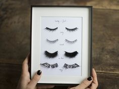 "DIY Fake Eyelashes Wall Art Tutorial from Make My Lemonade here. Her piece is labeled, ""Today I feel. DIY Fake Eyelashes Wall Art Tutorial from Make My Lemonade here. Her piece is labeled, ""Today I feel Diy Tableau, Cadre Diy, Mur Diy, Diy Décoration, Diy Crafts, Easy Diy, Glam Room, Makeup Rooms, Makeup Room Diy"
