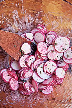 Croatian Radish Salad (Salata od Rotkvica) -- This citrusy radish salad also makes a cool, palate-cleansing side for whole grilled fish. Red Radish Recipe, Radish Recipes, Salad Recipes, Croatian Cuisine, Croatian Recipes, Hungarian Recipes, Radish Salad, Avocado Salad, Fast Metabolism Diet