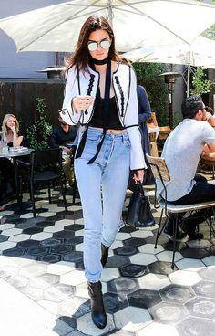 Street style look com calça jeans, casaqueto p&b e jeans.