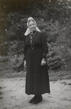 Vrouw uit Stepelo in Twentse streekdracht. De vrouw is Rooms-katholiek. Ze is gekleed in haar uitgaanskostuum. Op haar hoofd draagt ze een 'knipmuts' (cornetmuts) met opstaande voorstrook. ca 1946 #Overijssel #Twente #Saksen