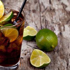 Cuba Libre wird in einem Highball-Glas serviert