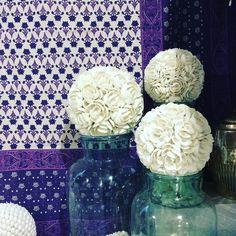 Mezzero in cotone, palle decorative ricoperte con conchiglie e vetri vintage da pasticceria.