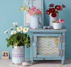 Angesammelte Konservendosen gut waschen und trocknen, anschließend mit hübschem Papier oder Stoff bekleben. Für Blumen, die es lieber trocken mögen, ein Loch...